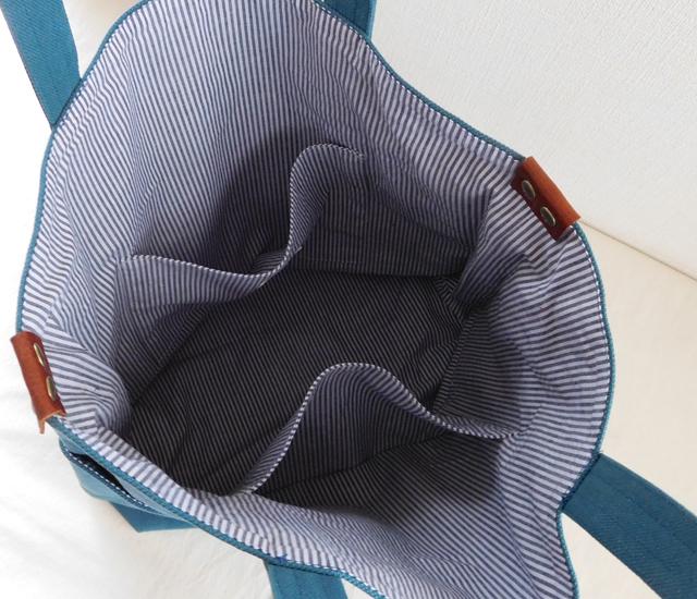 ターコイズブルーのバッグ