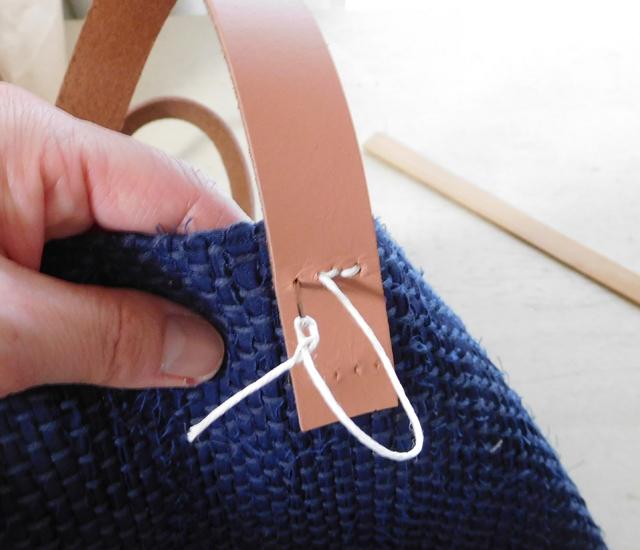 革の持ち手を手縫いでつけます