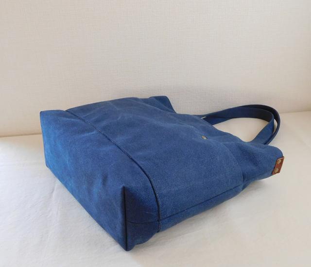 デニムブルーのバッグ