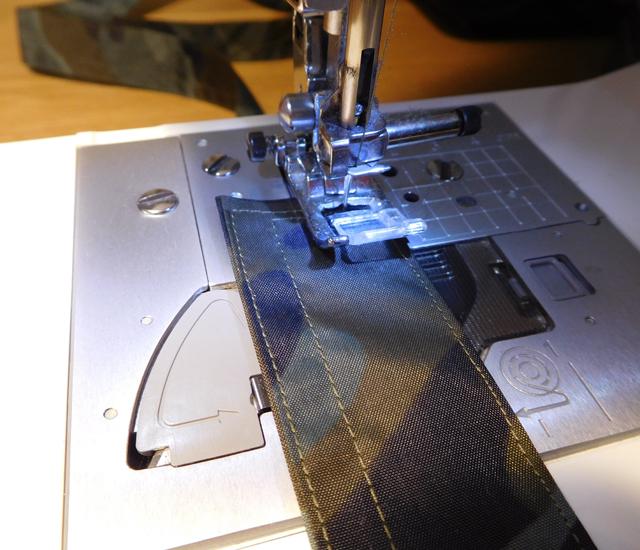 紐を縫う 迷彩柄