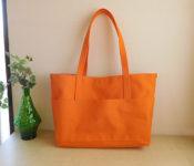 オレンジ色のトートバッグ